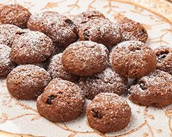 Печенье шоколадное с изюмом и миндалем