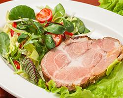 Запеченная сочная свиная вырезка со свежими овощами