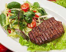 Стейк на гриле из мраморной  говядины со свежими овощами