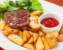 Стейк на гриле из мраморной  говядины с картофелем «По-деревенски»