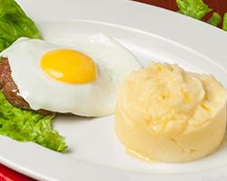 Бифштекс из говядины  с яйцом с картофельным пюре