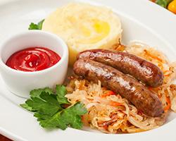Колбаски гриль с обжаренной кислой капустой и картофельным пюре