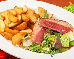 Стейк тунца в легкой обжарке с картофелем «по-деревенски»