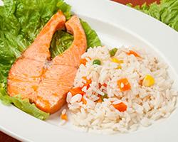 Форель на пару с рисом и овощами