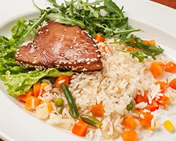 Стейк тунца в легкой обжарке с рисом и овощами