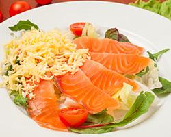 Форель малосольная с сыром и овощами